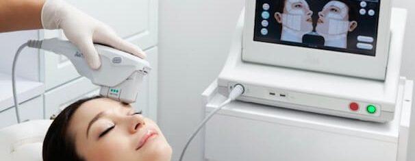 Mulher realiza ultrassom microfocado