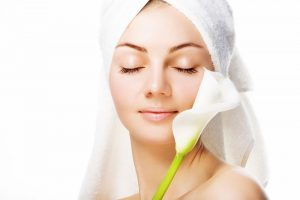 Mulher cuidando da pele | Cuidados com a pele quando seu corpo está mudando
