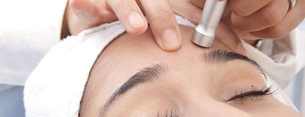 Mulher realiza peeling no rosto | Qual tipo de peeling é o ideal para você?