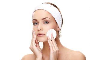 Mulher realiza limpeza do rosto   Cuidados com a pele no outono