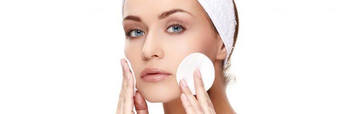 Mulher realiza limpeza do rosto | Cuidados com a pele no outono