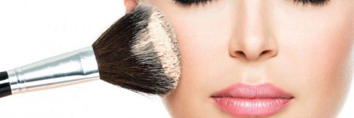 Mulher usa maquiagem | Como cuidar da pele antes e depois da maquiagem