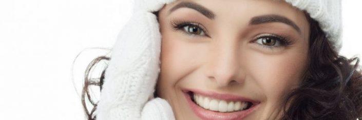 Mulher morena cuidando da pele durante o inverno