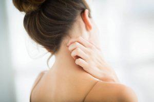Mulher com dermatite se coçando
